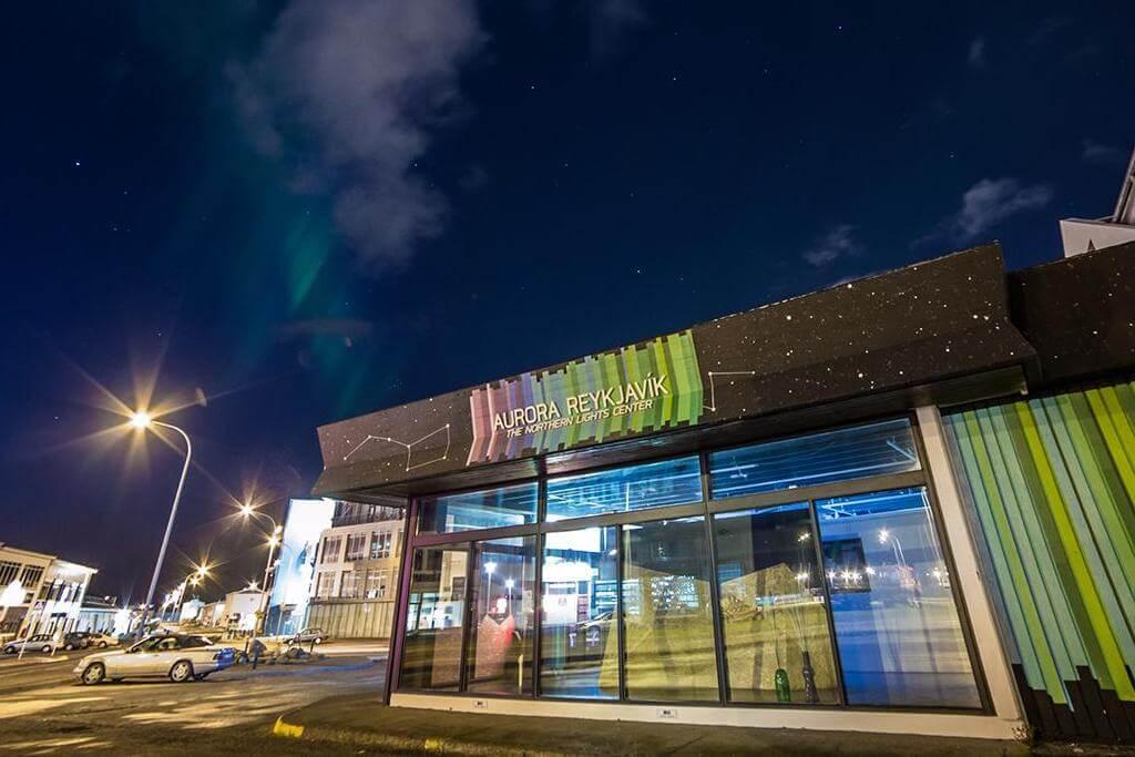 Здание музея Aurora Reykjavik под ночными звездами.