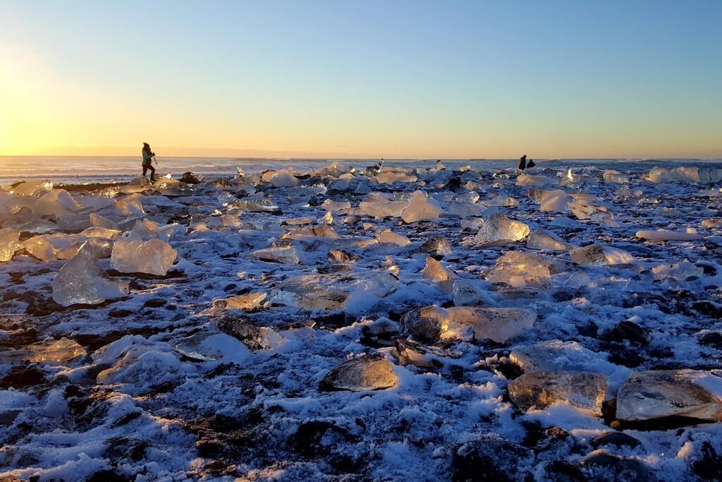 Большие глыбы льда на пляже Даймонд.