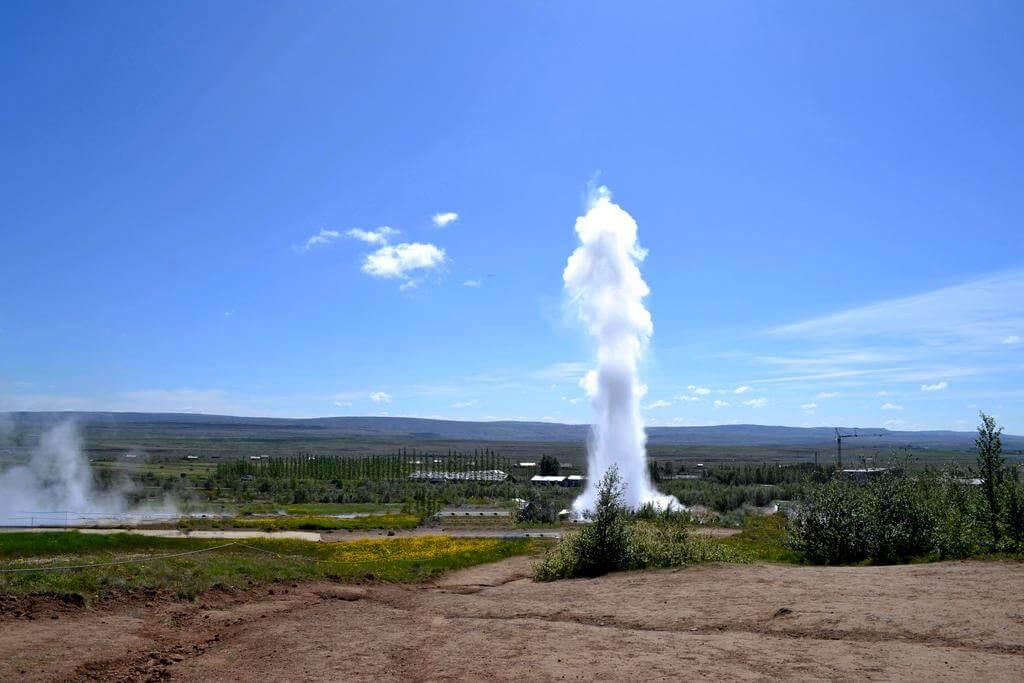 Извержение большого гейзера.