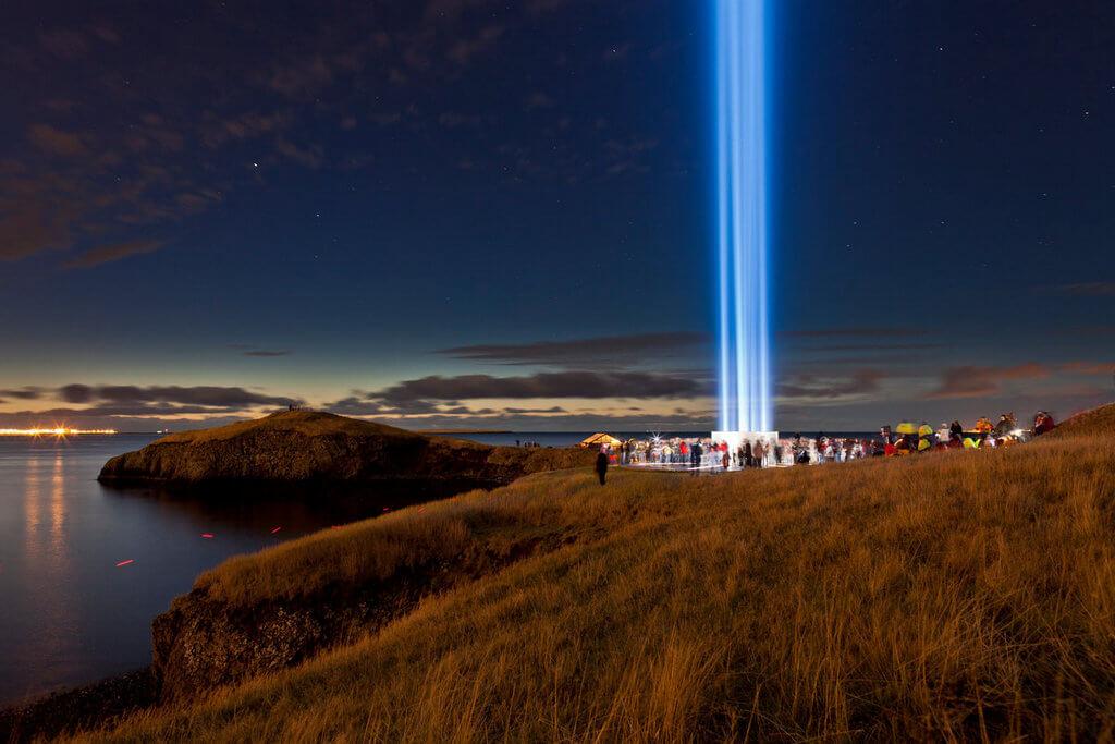 Большой луч света уходящий в небо.