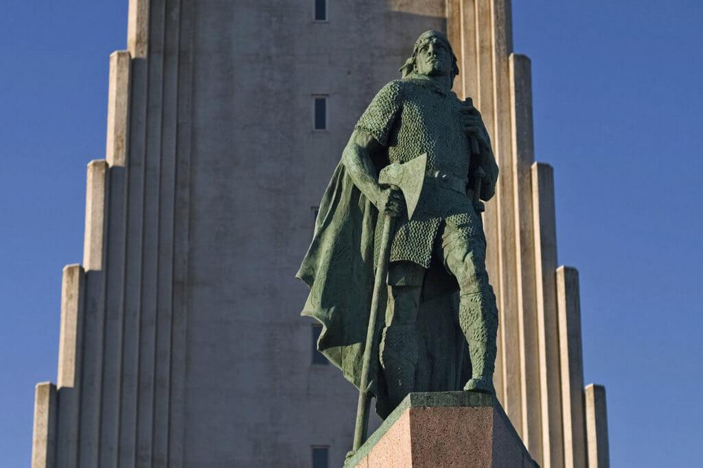 Памятник Лейфу Эрикссону на фоне церкви.