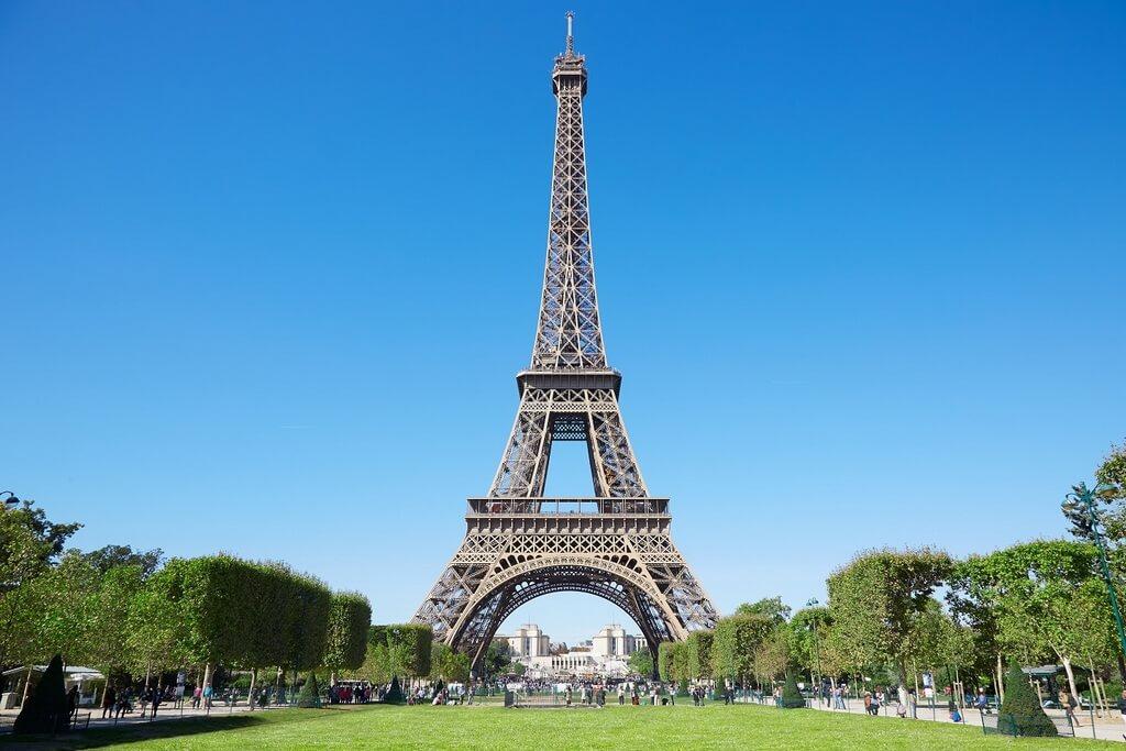 Эйфелева башня на фоне голубого неба.