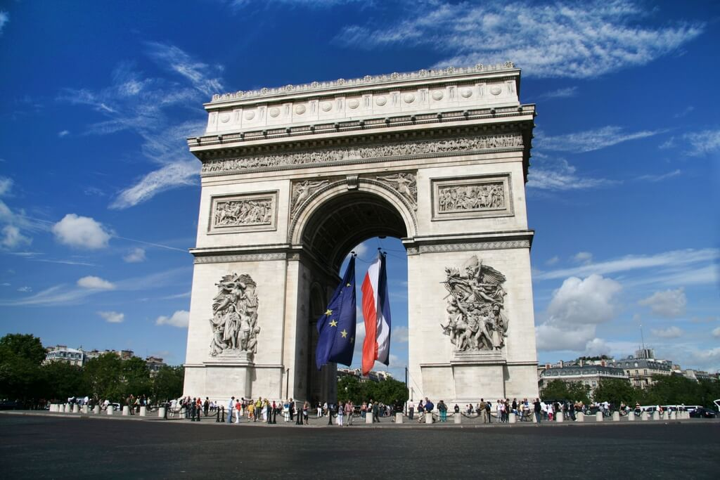 Триумфальная арка с флагами Евросоюза и Франции.