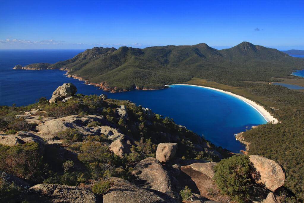 Залив и пляж на острове Тасмания.