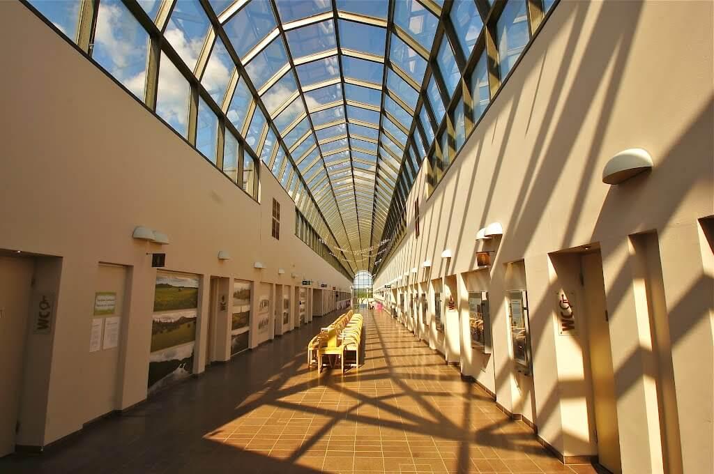Длинный тоннель-галерея со стеклянной крышей.