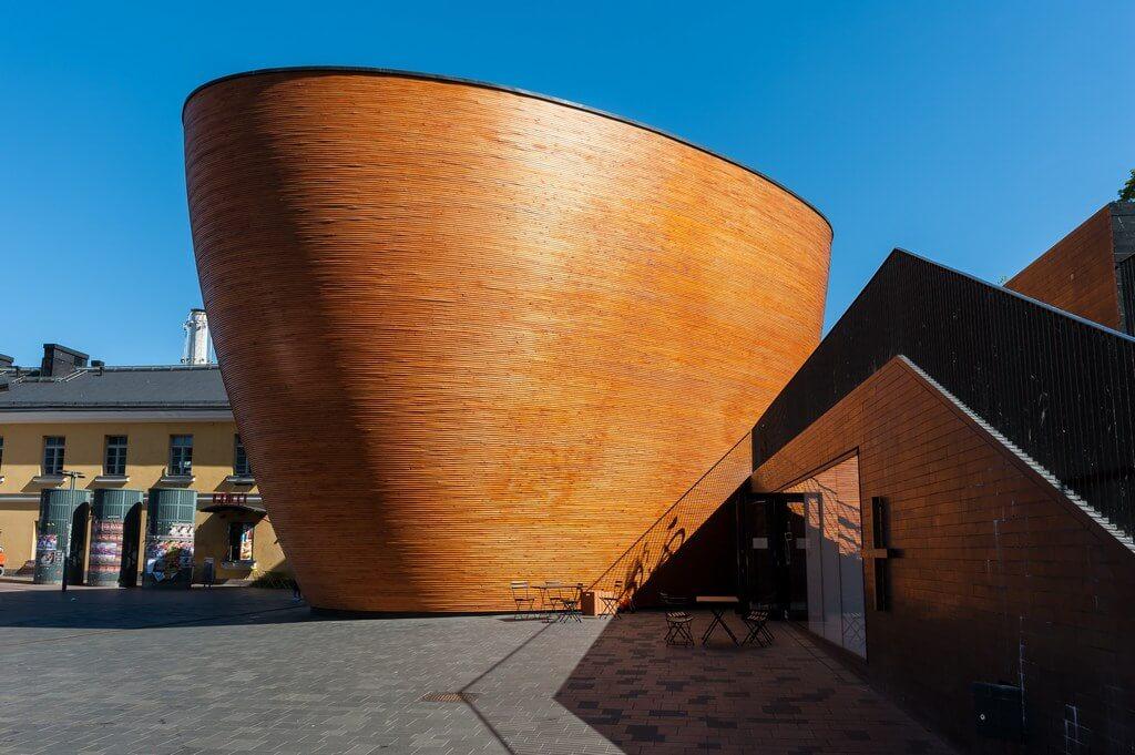 Деревянное, непонятное сооружение кругло-овальной формы.