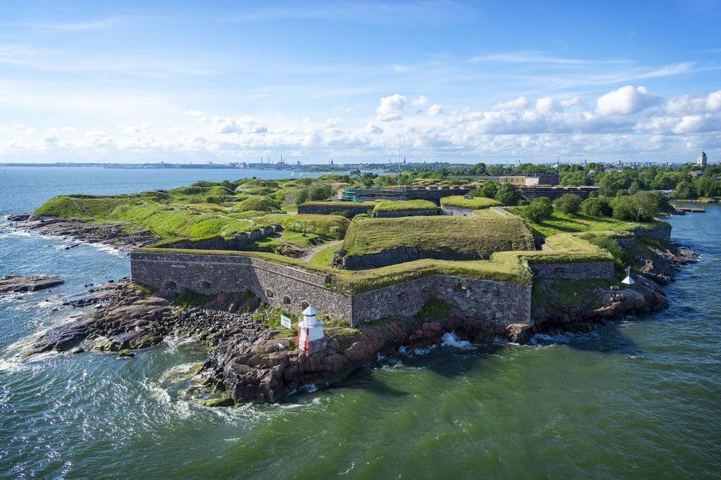 Бастионы средневековой крепости, расположенные на острове.