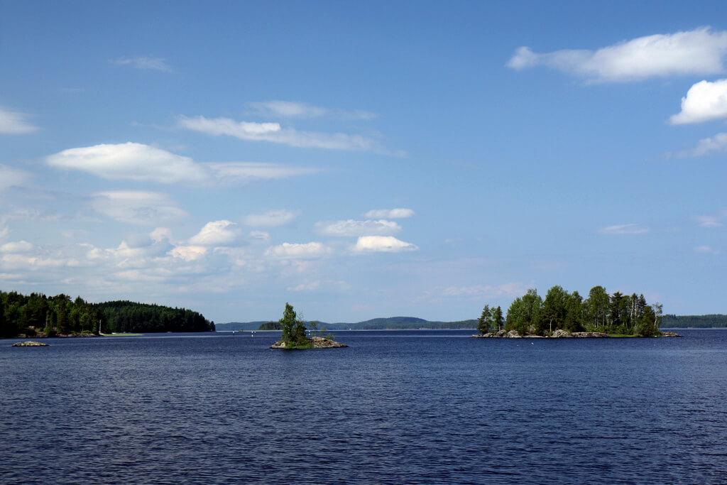 Небольшие острова на уходящей за горизонт водной глади.