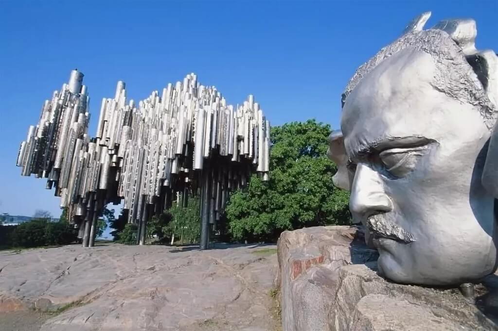 Памятник Сибелиусу, голова и конструкция из стальных труб.