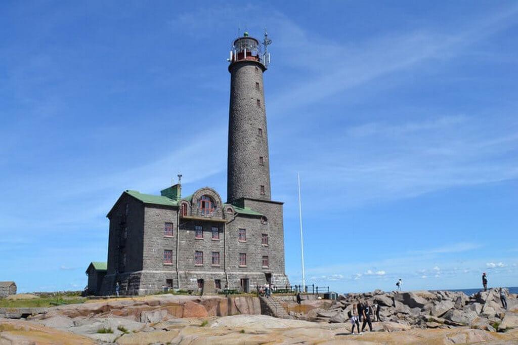 Большой маяк на каменном острове.