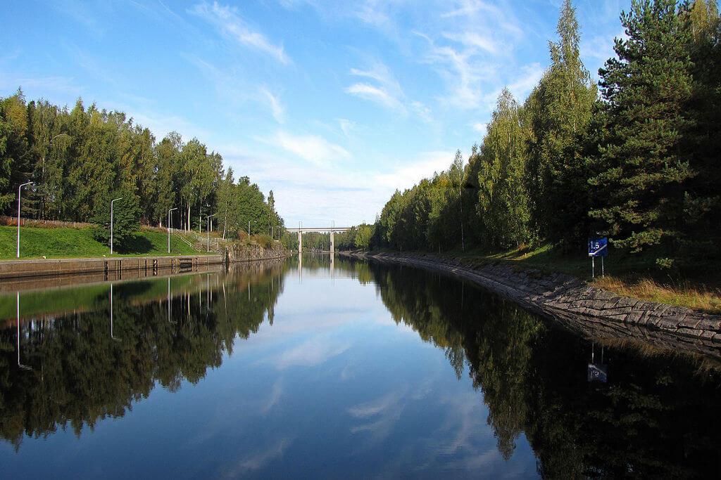 Широкий водный канал с укрепленными берегами.