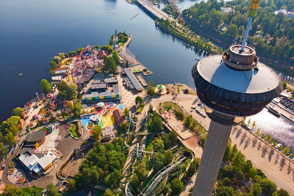 Панорамный вид на смотровую вышку и парк развлечений.