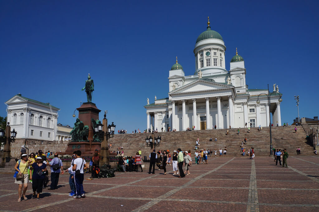 Памятник Александру II перед Николаевским собором на Сенатской площади Хельсинки.
