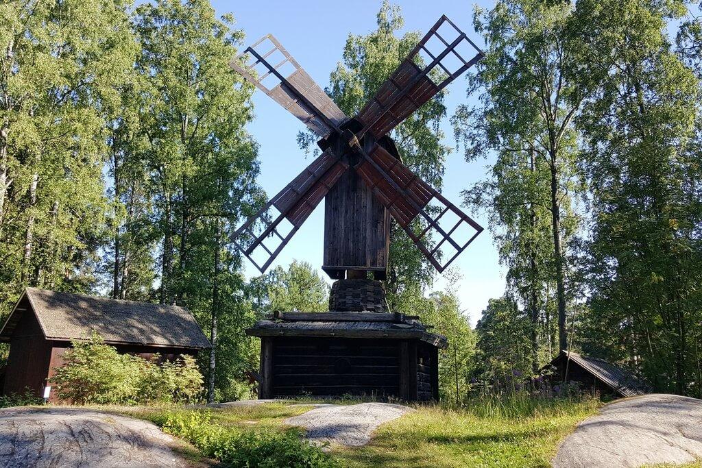 Старая деревянная мельница в лесу.