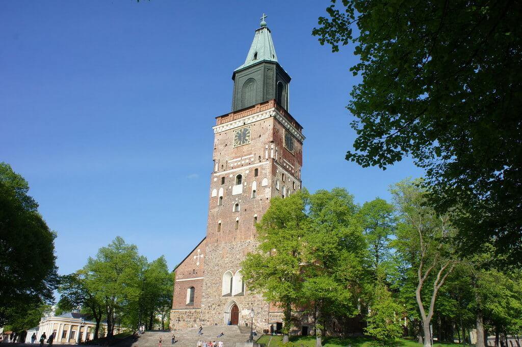 Собор с большой каменной башней.