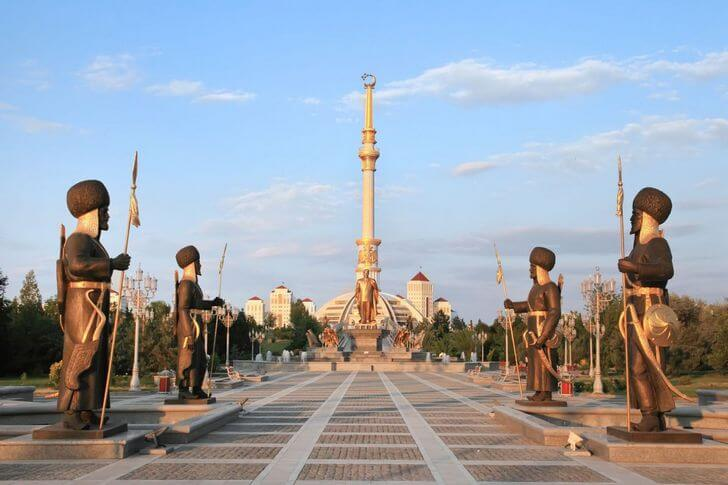 monument-nezavisimosti-turkmenistana