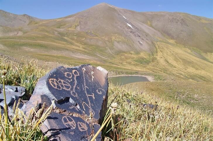 petroglify-saymaly-tash