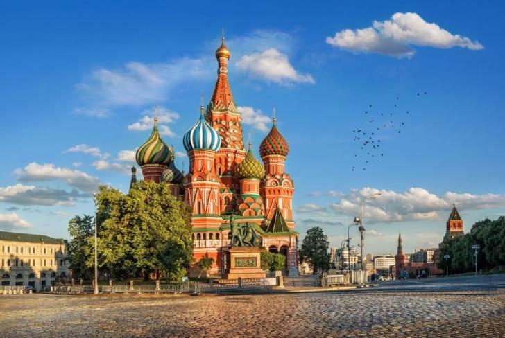 В 1931 году к собору с Красной площади перенесен памятник Минину и Пожарскому.
